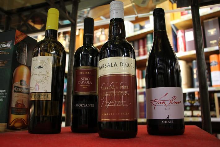 In unserem heutigen Blogeintrag nehmen wir Sie noch einmal mit nach Italien, genauer gesagt nach Sizilien. Über Wein aus Sizilien lässt sich einiges sagen, machen Sie sich also auf einen ausführlichen und lehrreichen Artikel gefasst. Um Ihnen einen umfassenden Überblick zu verschaffen, versorgen wir Sie als erstes mit den wichtigsten Eckdaten über die Insel. Danach reisen wir kurz in die Vergangenheit und schauen uns die Geschichte des Weinbaus in Sizilien an. Dann ziehen wir einen kleinen Vergleich: Wie sieht der Weinanbau heute aus? Im Anschluss gehen wir genauer auf die wichtigsten Weine der Insel ein. Schließlich sollen Sie für unsere Produktempfehlungen gut gewappnet sein. Bevor wir zu diesem Punkt kommen, machen wir allerdings noch einen Exkurs in die Welt der sizilianischen Mafia. Was das mit Wein zu tun hat? Wie Sie erfahren werden, spielt der Weinanbau eine wichtige Rolle in der Bekämpfung der Mafia. Spielen Sie also schon mal die Titelmelodie von Der Pate ab und bleiben Sie dran.